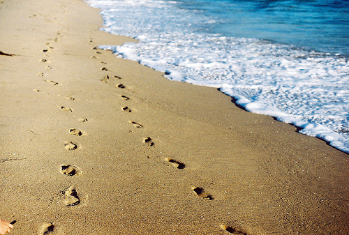 beach-footprints
